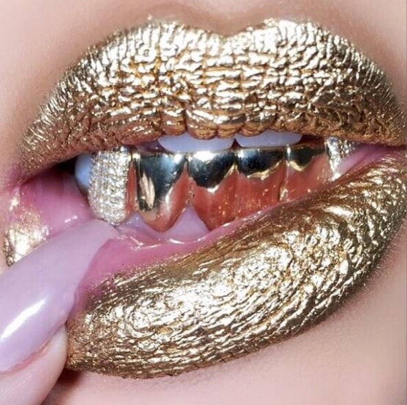 khloe kardashian gold lips